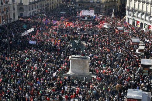 La Puerta del Sol abarrotada de gente em protesto contra reformas do trabalho na Espanha